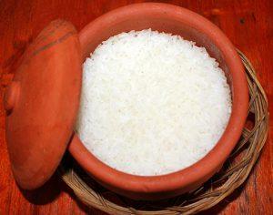 Thố cơm nấu từ gạo của Cơm Niêu Quán Việt